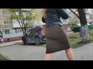 Большие сочные ягодицы девушки трясутся в тугой юбке (candid juicy ass shaking in tight skirts)