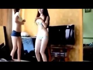 Группа школьниц веселятся и танцуют в нижнем белье _ Schoolgirls are dancing in