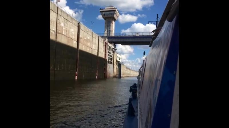 Корабельный шлюз на Чебоксарской ГЭС. Вид изнутри.