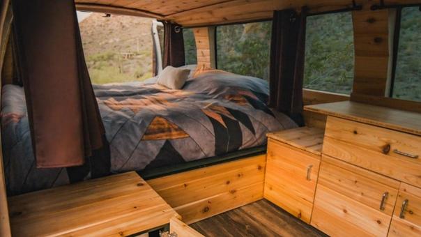 На американском рынке появились два новых производителя кемперов. Фирма Boho Camper Vans из Финикса (штат Аризона) предлагает спартанские конверсии подержанных фургонов Ford E-серии и Dodge Ram