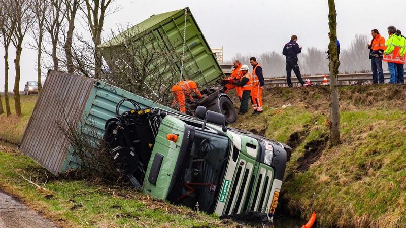 BERGING Vrachtwagen in sloot Kanaaldijk Weesp 🚚