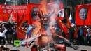 Filipinas Trabajadores queman un muñeco de Duterte durante la protesta del Primero de Mayo