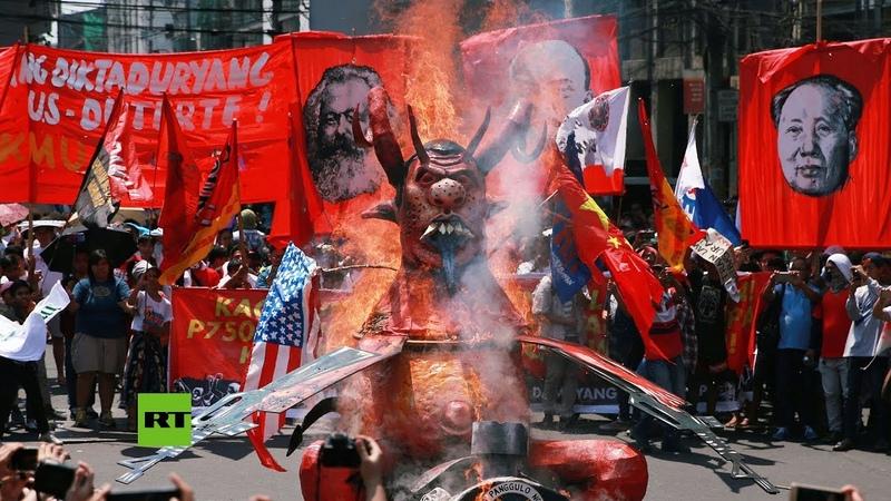 Filipinas: Trabajadores queman un muñeco de Duterte durante la protesta del Primero de Mayo