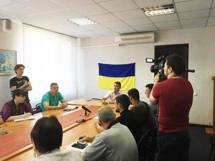 На прием к мэру в Славянске мужчина пришел с кирпичем