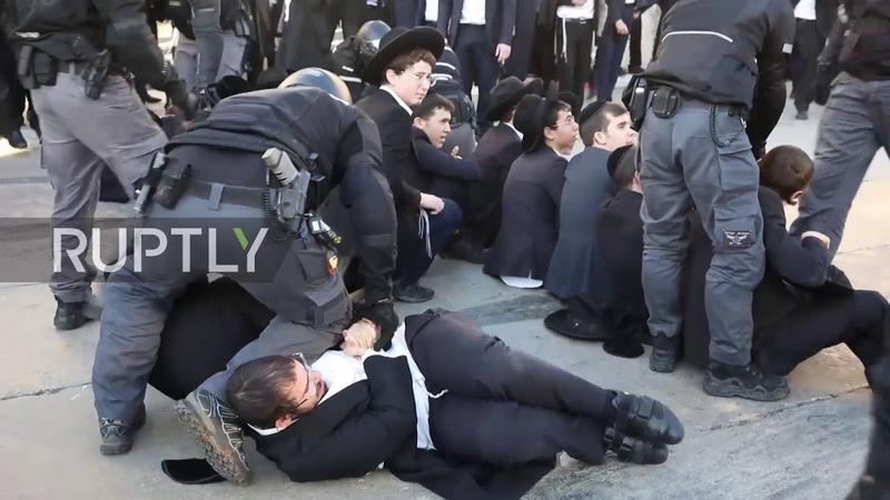 Какой-то весёлый дурдом с протестами и разгонами за гранью понимания. Что это и вокруг чего? Israel: Police arrest 28 ultra-Orthodox Jews at anti-conscription protest