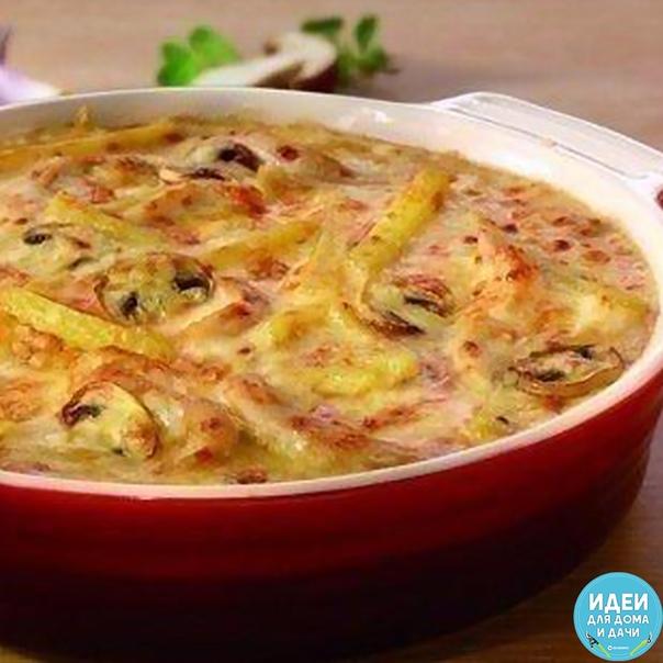 жюльен по-домашнему ингредиенты: 250 г куриного филе 2 средних клубня картофеля 150 г шампиньонов 1 средняя луковица 250 мл сливок (20-22%) 50 г сыра бульон способ приготовления: нарежьте лук