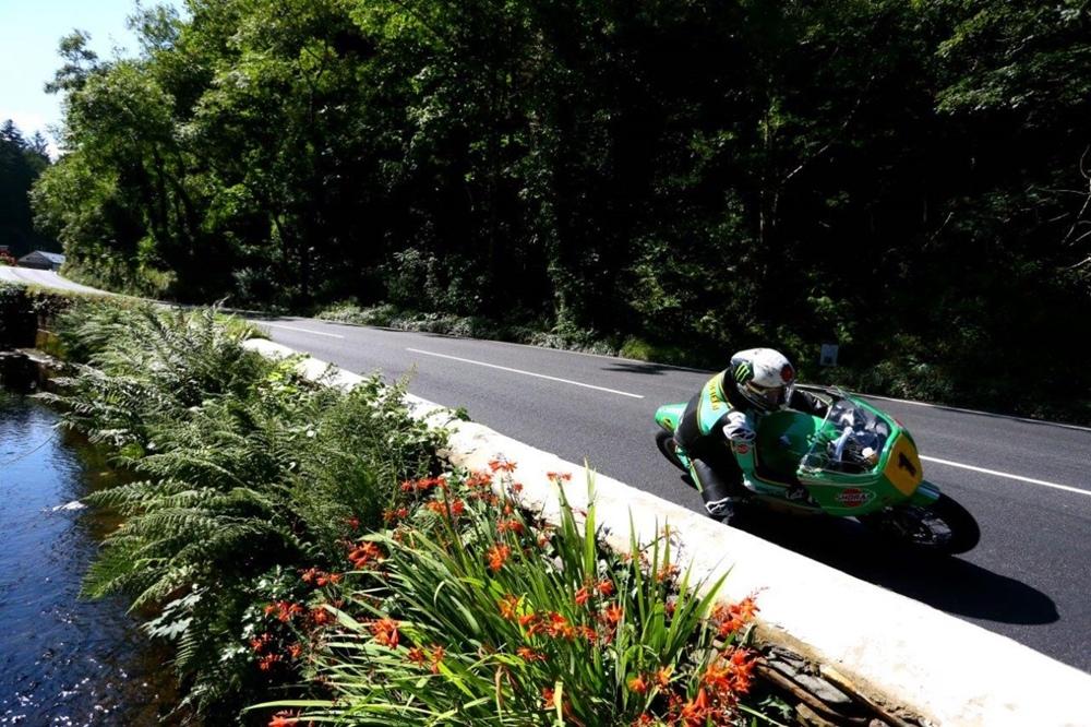 Джон Макгиннес выиграл гонку Classic TT Senior