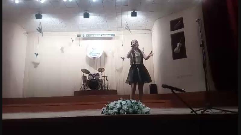 Дана Бурдукова с песней Жёлтая