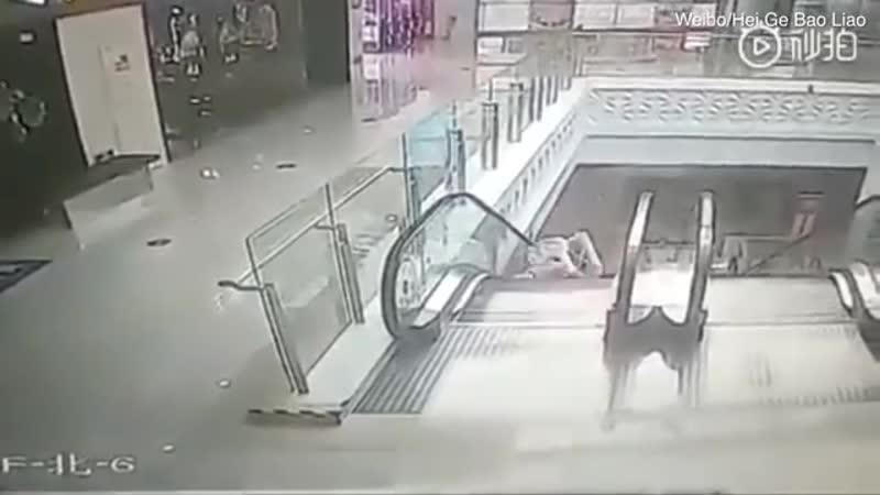 В Китае солдат поймал упавшего с эскалатора младенца