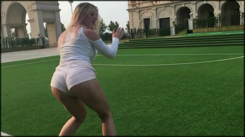 Блондинка танцует Тверк под Розовое Вино