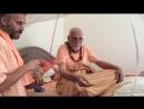 31.10.2016 г. Ш.Б.В.Бхарати Махарадж. Раздаёт маха-прасад. Гопинатх Гаудия Матх, Вриндаван,