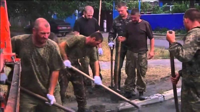Пленные украинские каратели на работах в Снежном Донецк