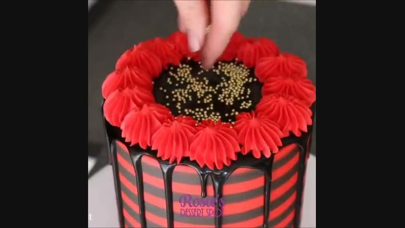 Торт с подтеками и красно-черными полосами