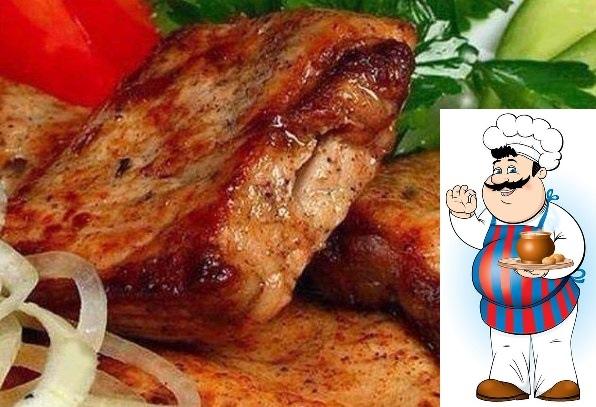 Вкусный, сочный, ароматный шашлык в мультиварке. <strong>Ингредиенты:</strong> — 1 кг мяса (телятина, свинина, филе курицы или индейки — на Ваш вкус) Для маринада: — 2 киви — 2 болгарских перца — 4 репчатых лука»/></div> <p><strong>Ингредиенты:</strong> <br />— 1 кг мяса (телятина, свинина, филе курицы или индейки — на Ваш вкус) <br />Для маринада: <br />— 2 киви <br />— 2 болгарских перца <br />— 4 репчатых лука <br />— соль, перец, молотый кориандр  по вкусу <br /><strong>Приготовление:</strong> <br />1. Любой шашлык, даже если он готовится в мультиварке, конечно же, начинается с маринада. Коль это блюдо уже необычное, то и маринад сделаем соответствующий. Итак, для начала снимем кожицу с киви и очистим 2 луковицы. Теперь отправляем их вместе в блендер и хорошенько измельчаем (пока не образуется однородный соус). Нужно отметить, что киви имеет свойство задерживать сок мяса внутри, а также размягчать его. Таким образом, наш шашлык будет просто таять во рту! <br />2. Нарезаем болгарский красный сладкий перец крупными полукольцами, а две оставшиеся луковицы кольцами. <br />3. Теперь промываем хорошенько наше мясо, а затем нарезаем его на кусочки. Солим и перчим, натираем его молотым кориандром. После добавляем сделанный ранее соус из лука и киви, а также нарезанные болгарский перец и лук. Все хорошенько перемешиваем и ставим в холодильник мариноваться (где-то на 2-3 часа) <br />4. После этого выкладываем наше замаринованное мясо в мультиварку (вместе с маринадом) и выставляем режим «Выпечка» (время приготовления  45 минут). <br />Ну вот, сочный, румяный шашлык абсолютно готов! Перед подачей на стол блюдо можно украсить свежей рубленой зеленью!</p><div> <div id=
