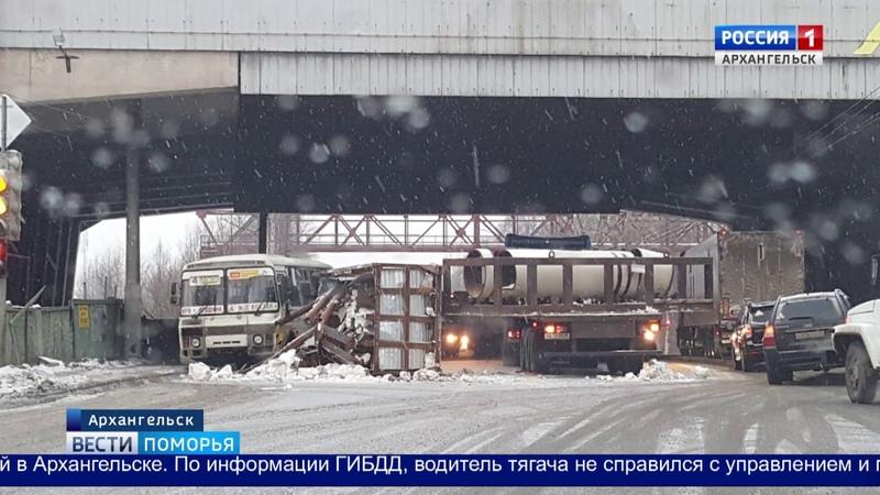 Фура с контейнером на полчаса парализовала движение по пр. Ленинградский в Архангельске