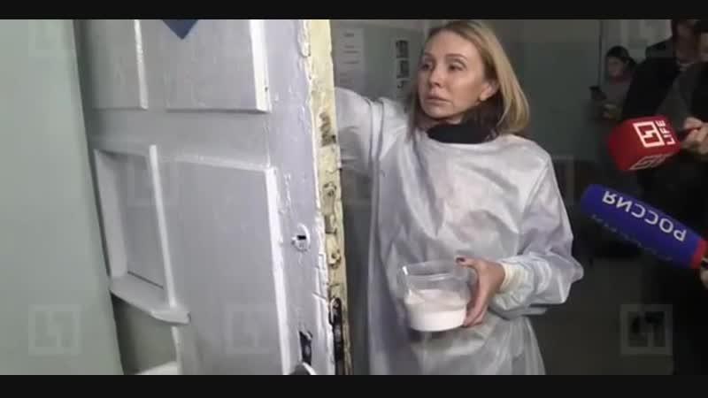 Чиновница, посоветовавшая врачам полуразрушенной больницы помыть полы - приехала красить двери в больнице