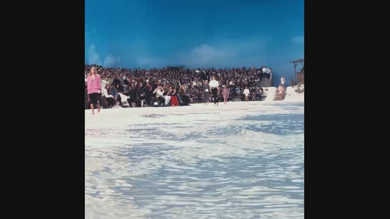 Все образы коллекции CHANEL Весна-Лето 2019, показ которой прошёл в Париже в Гранд Пале, вдохновлены морскими пейзажами.