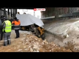 Трактор врезался в электричку в Москве