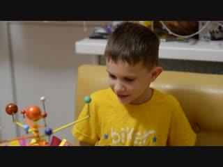 Тихон и Павел показывают своего самодельного робота-паучка Космика.