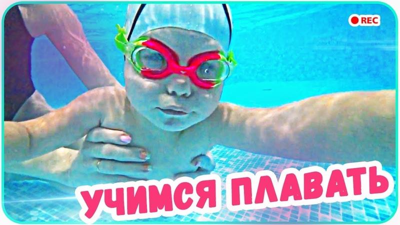 Наш ребенок ныряет и учиться плавать Бассейн