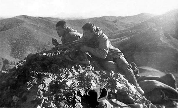 Как 23 бойца спецназа ГРУ СССР «обидели» элитное спецподразделение моджахедов «Черный аист Ч 2 Около 19 часов вечера командир объединенной группы Ковалев принял решение «садиться» на ночь.