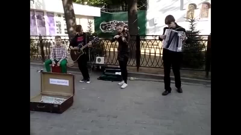 Ребята сыграли Виктора Цоя на скрипке, гитаре, аккордеоне и барабане