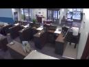 Перестрелка грабителя и охранника банка. Охранник убил грабителя.