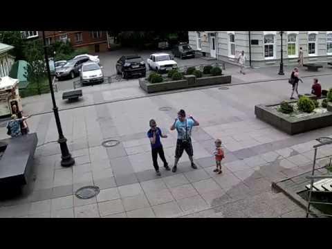 Слепой рэппер зачитывает на улице