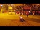 Бесстрашный испанец с красной тряпкой принял удар на себя спасая 14 летнюю девочку от разъярённого б