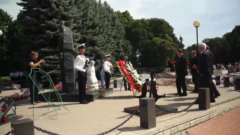 Les Russes ont honoré la mémoire des marins morts dans le sous-marin Koursk en août 2000.