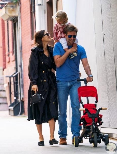 Брэдли Купер и Ирина Шейк на прогулке с дочкой