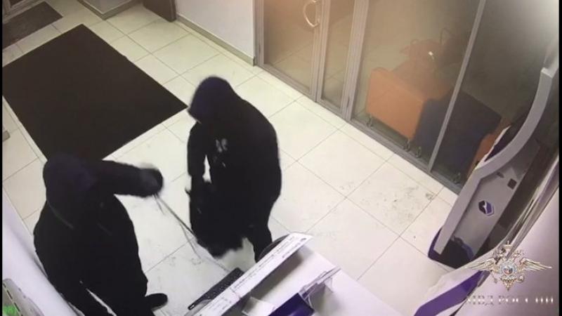 Серийные взломщики терминалов нарвались на полицейских после похищения денег