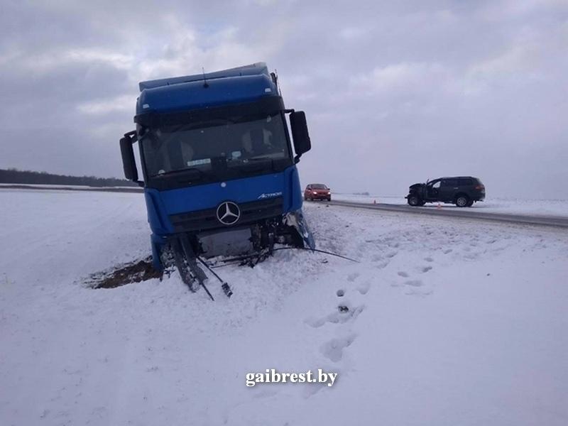 Водитель «Мицубиси» не справился с управлением - авто бросило на встречку под фуру
