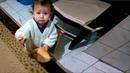Ekmeği delerek içini yiyen bebek