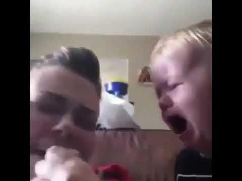 Annesi ağlayınca ağzına emzik veren bebek )