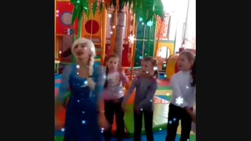 Эльза радуется с именинницей и её друзьями прекрасному ДНЮ Именно сегодня ЮЛЕ исполнилось 7лет Желаем много счастья этой прел