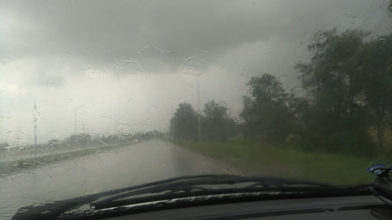 Моросит легкий летний дождик
