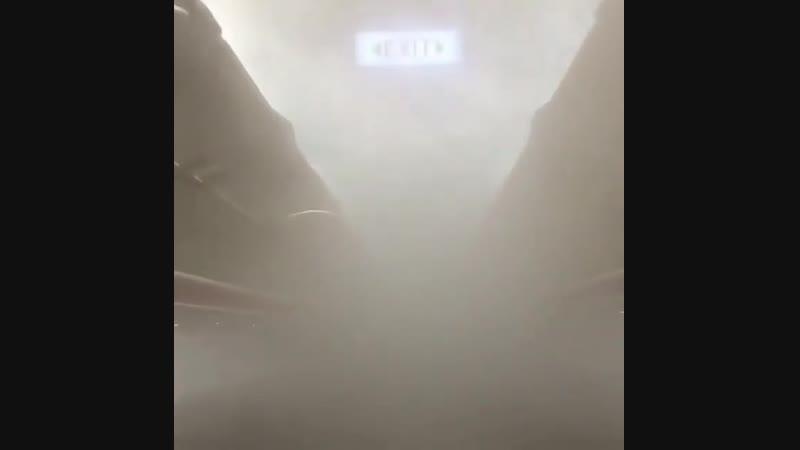 Встречали такое на самолёте? Нет это не дым, а туман. Туман получившийся из-за того, что система кондиционирования самолёта не с