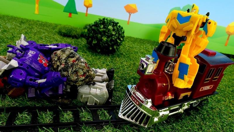 Bumblebee conduce el tren. Transformers juguetes. Vídeo para niños.