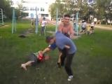 боксер против двоих подростков -цель которых замесить всеми возможными способами.уличный бой без правил