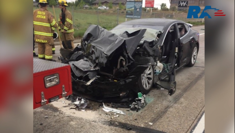 Анонс. In the state of Utah, the Tesla Model S sedan crashed against a fire truck at a traffic light
