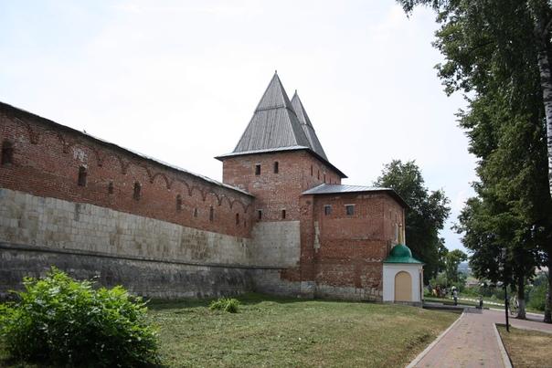 Главная входная башня кремля с пристройкой какой-то. Дорога из Коломны заходила в эти ворота. Теперь пристройка стилизована под сторожевую башню.