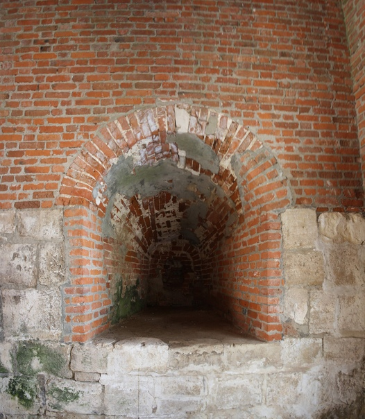 Огромные ниши в стенах