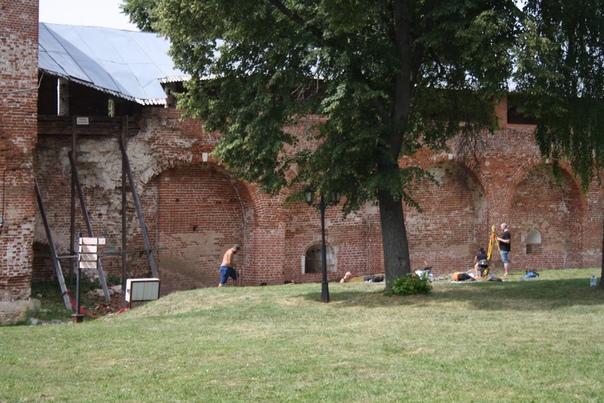 Археологи с нивелиром, лопатами и тазами за работой. Дело в том, что тут рухнула стена: https://commons.wikimedia.org/w/?oldid=217117247