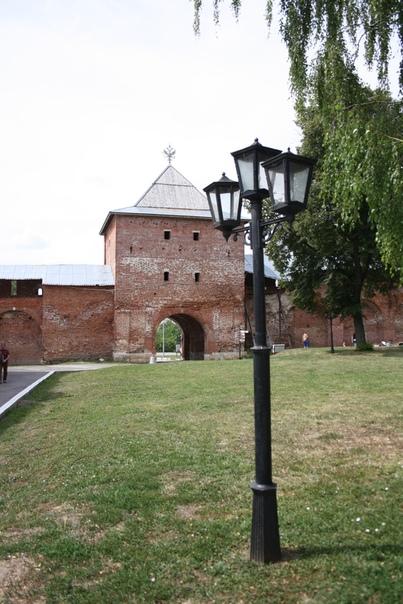 Называется Спасская башня.  Занятные фонари всего два метра в высоту=)
