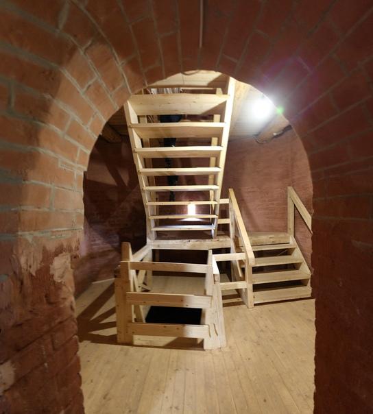 Внутри башни свеженькая лестница