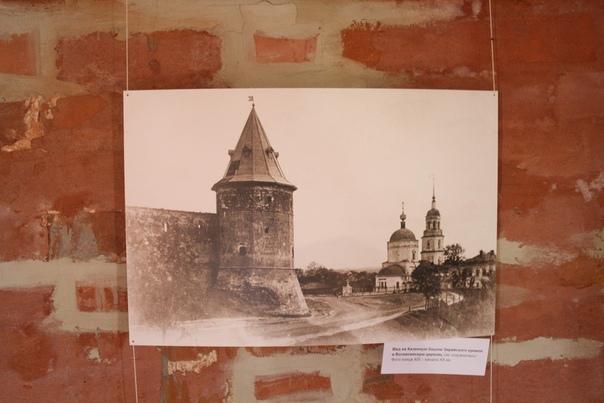 Вид на Казённую башню Зарайского кремля и Вознесенскую церковь (не сохранилась). Фото конца XIX—начала XX веков