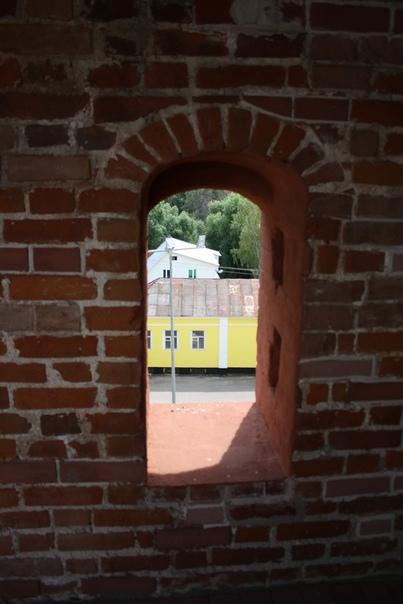 Окна-бойницы двех видов. Без амбразуры…