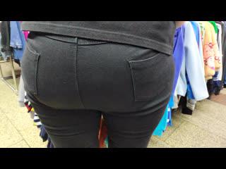 Сочная жопа продавщицы очень вкусно выпирает в тугих джинсах (candid juicy ass saleswoman in tight jeans)