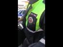 Сотрудник ДПС, пистолет и пассажиры легкового автомобиля